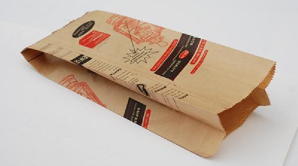 Đặt túi giấy đựng bánh mì